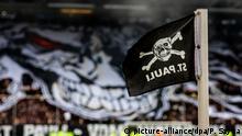 Deutschland Symbolbild St. Pauli Fahne Fans