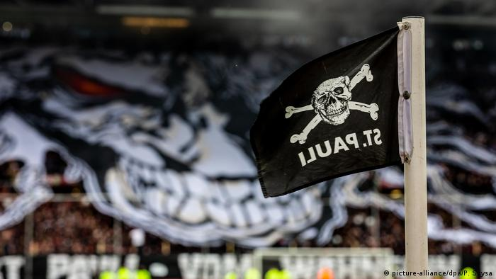 Corner flag in St. Pauli's Millerntor-Stadion (picture-alliance/dpa/P. Szysa)