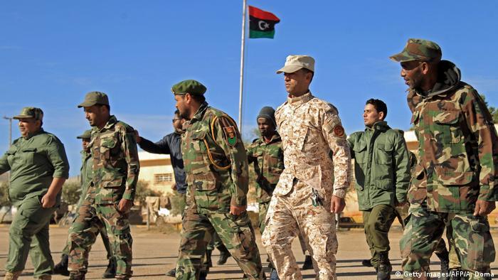 Wapiganaji tiifu kwa jenerali Khalifa Haftar wakitembea mjini Bengazi mashariki mwa Libya.