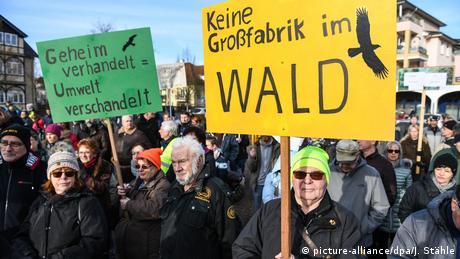 Deutschland Bürger demonstrieren gegen und für Tesla-Ansiedlung
