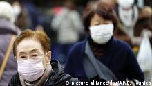 16.01.2020, Japan, Tokio: Fußgänger tragen Schutzmasken, während sie durch ein Einkaufsviertel gehen. Ein Patient in Japan ist positiv auf das in der chinesischen Stadt Wuhan umgehende Corona-Virus getestet worden. Foto: Eugene Hoshiko/AP/dpa +++ dpa-Bildfunk +++ |