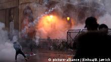 (200119) -- BEIJING, Jan. 19, 2020 (Xinhua) -- Protesters clash with the riot police in Beirut, Lebanon, Jan. 18, 2020. Heavy clashes broke out on Saturday in downtown Beirut between protesters and the riot police, causing at least 100 injuries, TV channel MTV reported. (Photo by Bilal Jawich/Xinhua) | Keine Weitergabe an Wiederverkäufer.