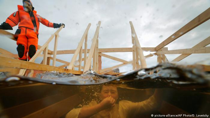 A believer disappears underwater at a Epiphany event in St Petersburg (picture-alliance/AP Photo/D. Lovetsky)