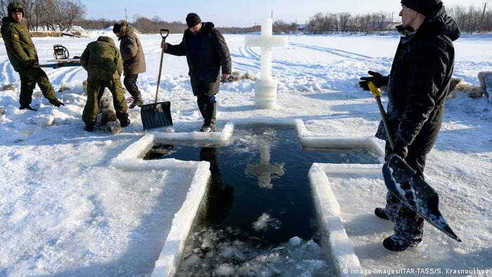 An ice hole is created in the shape of a cross (Imago-Images/ITAR-TASS/S. Krasnoukhov)