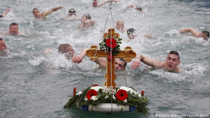 Swimmers try to retrieve the cross (picture-alliance/AP Photo/A. Emric)