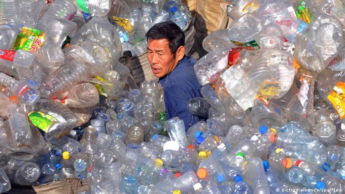 Un hombre selecciona desechos plásticos en Shenyang, en el noreste de China.