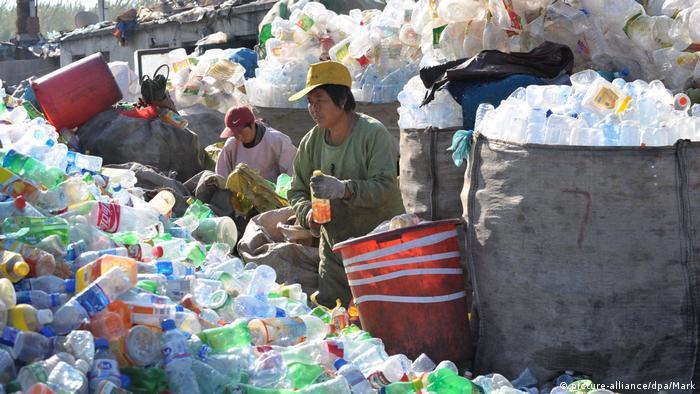 Mais de 31 toneladas de plástico são usadas diariamente na China, sendo que 74% não são processadas adequadamente.