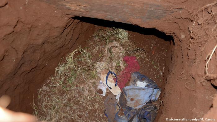 Roupas dentro de túnel na terra