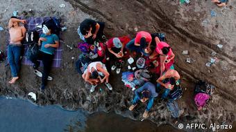 Foto de migrantes en la frontera entre Guatemala y México.