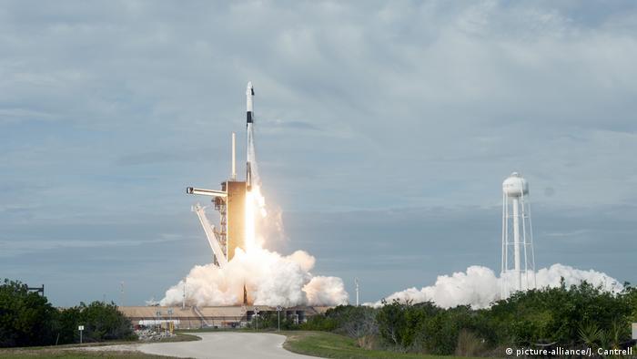 Nave Falcon 9, da SpaceX, sendo lançada em Cabo Canaveral, EUA