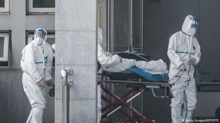 Китайські медики перевозять пацієнта, який заразився новим вірусом