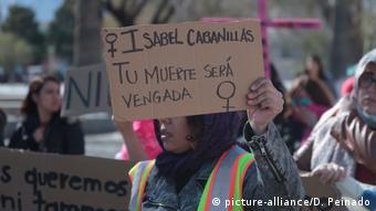 Foto de mujeres manifestándose contra asesinato de Isabel Cabanillas.