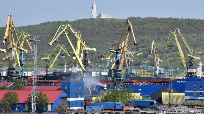 Russland Kohlehafen Murmansk (picture-alliance/J. Glöckner)