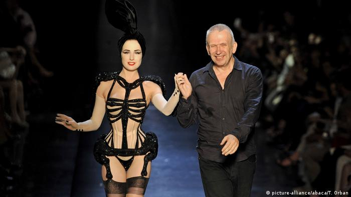 French fashion designer Jean-Paul Gaultier (R) and burlesque model Dita von Teese present fall winter 2010/2011 collection during the Paris Haute Couture Fashion Week in Paris (picture-alliance/abaca/T. Orban)