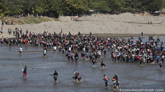 Polis engelini aşamayan bazı göçmenler geri dönmek zorunda kaldı.
