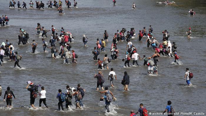 Migrants cross the Suchiate River by foot from Tucun Uman, Guatemala, into Mexico on Monday. (picture-alliance/AP Photo/M. Castillo)