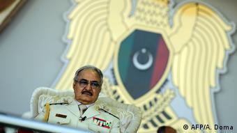 Ο ισχυρός άνδρας της Λιβύης στρατηγός Χάφταρ παρακολουθεί στρατιωτκή παρέλαση