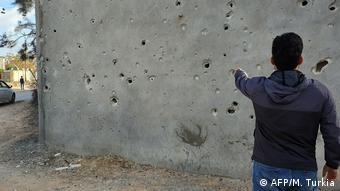 Τοίχος τρυπημένος από σφαίρες λίγα χιλιόμετρα έξω από την Τρίπολη