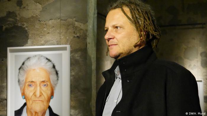 Martin Schoeller neben einem Porträt (DW/H. Mund)