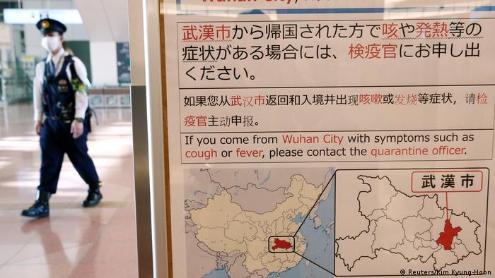 Advertência em vários idiomas sobre pessoas vindas de Wuhan com sintomas de gripe