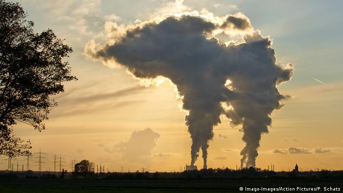 Una fábrica expulsando humo al aire.