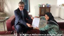 Indonesien Aeshnina Azzahra diskutiert mit Peter Schoof über das Müllproblem