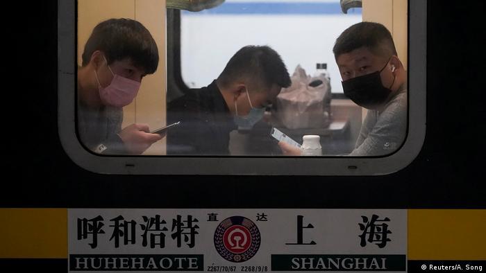 Las rutas exactas de infección del nuevo virus aún no están claras. Los expertos consideran que el riesgo de infección es menor que el de la gripe. Equipados con máscaras de respiración, estos pasajeros del tren en Shanghái parecen relativamente relajados. Ellos realizan un viaje en tren de 27 horas. El destino: Hohhot en Mongolia.