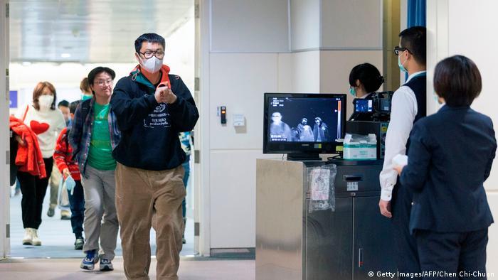 Momento de la medición de la temperatura corporal de los pasajeros de los vuelos entre Wuhan y Taiwán. Esto fue incluso antes de la suspensión del tráfico aéreo de la megaciudad china. Hasta ahora, se ha informado de un caso de infección con el nuevo virus en Taiwán. Lo que es más llamativo es que Taiwán ha sido excluido por la Organización Mundial de la Salud (OMS) a instancias de Pekín.