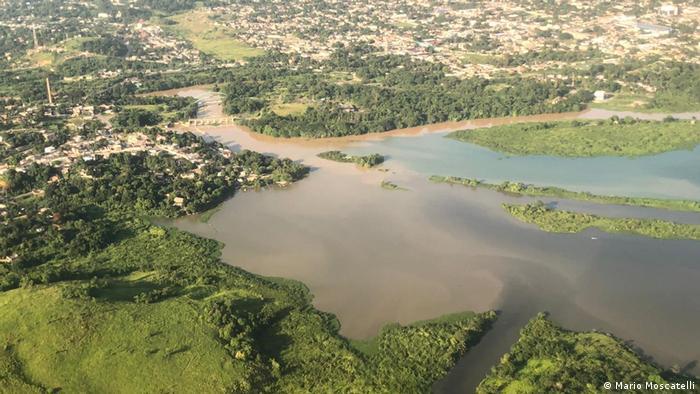 Imagem aérea mostra água contaminada chegando ao rio Guandu