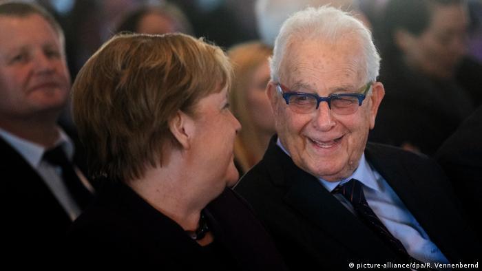 The Survivors exhibit in Essen / Angela Merkel with Naftali Fürst(picture-alliance/dpa/R. Vennenbernd)