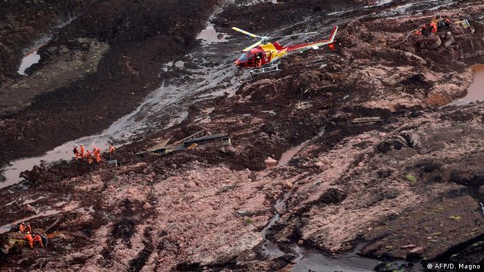 Bombeiros buscam vítimas em meio à lama que vazou de barragem em Brumadinho