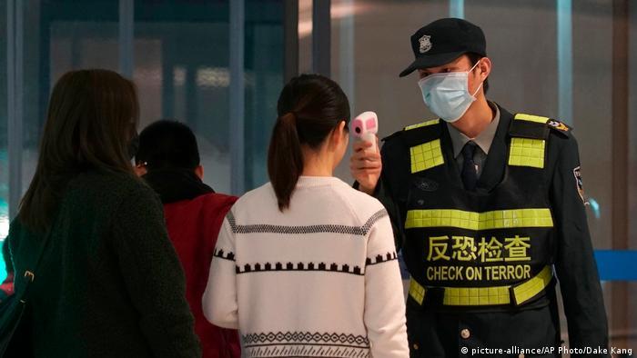 Temperatura de viajantes é checada em aeroportos e portos chineses
