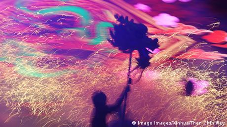BdTD Singapur Drachentanz mit Feuerwerk (Imago Images/Xinhua/Then Chih Wey)