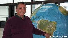 Nur in Verbindung mit dem Lehrerporträt verwenden Titel Lehrerporträt Marcos aus Brasilien BeschreibungDer Deutschlehrer Marcos aus Brasilien steht an einer Weltkugel CopyrightDW/B. Warken