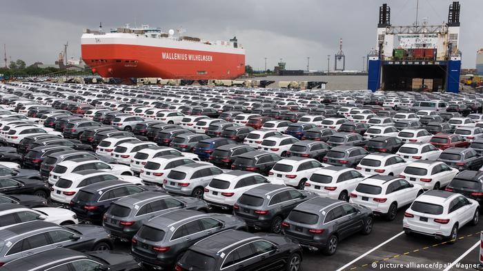 Carros em um porto na Alemanha