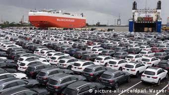 Немецкие автомобили в порту Бремерхафена готовы к отправке на экспорт