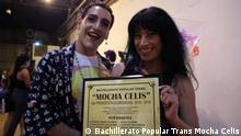 Zwei Studenten des Gymnasiums Mocha Celis für Transsexuellen in Buenos Aires