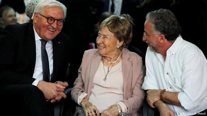German President Frank-Walter Steinmeier (l) alongside Holocaust survivor Giselle Cycowicz in Jerusalem