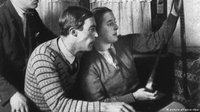 Lotte Reiniger and Walter Ruttmann look at a film negative reel (picture-alliance /dpa)