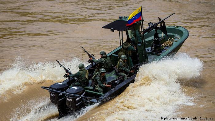 Patrulla fluvial de la Guardia Venezolana en el río Arauca