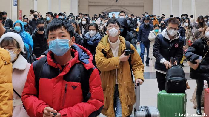 Personas en China usando máscaras de respiración