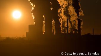 Работает угольная электростанция компании RWE - дым уходит в небо