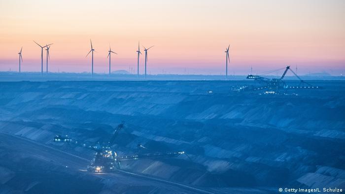 Legislação que prevê fechamento escalonado das usinas até o fim da próxima década, além de compensações para trabalhadores afetados e operadoras, é parte da estratégia do governo para zerar emissões de CO2 até 2050.