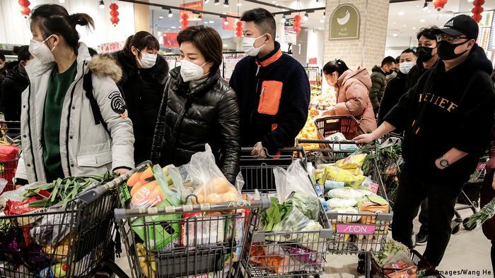 Жителі ізольованого міста Ухань запасаються продуктами