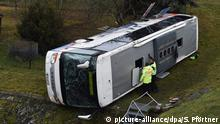 Police investigate the scene of a fatal school bus crash near the town of Eisenach in eastern Germany (picture-alliance/dpa/S. Pförtner)