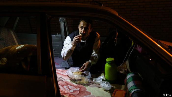 در سالهای اخیر تاکسیهای اینترنتی با استقبال مردم تهران روبرو شدهاند. این اتفاق باعث هجوم افراد بیکار بسیاری از شهرستانها به سمت تهران شده است. بیشتر این رانندگان بین ۲۰ تا ۴۰ سال سن داشته و دارای تحصیلاتی تا لیسانس هستند. از هزینههای بالای زندگی در تهران گرفته تا سرقت خودروها باعث شده تا این رانندگان به ماشین خوابی و زندگی در ماشین خود هنگامی که کار نمیکنند، روی آوردند.