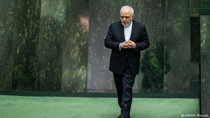 محمدجواد ظریف، برای پاسخگویی به پرسشهای یکی از نمایندگان اصولگرا درباره توان موشکی ایران و پولشویی در مجلس حاضر شد. وزیر امور خارجه جمهوری اسلامی مدعی شد که یکی از رسانهها سخنان او را تحریف کرده است.