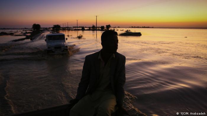 سیستان و بلوچستان درگیر سیلی ویرانگر شد که در جنوب این استان ارتباط بیش از ۵۰۰ روستا را قطع کرد. بنا بر گزارشها بر اثر جاری شدن سیلاب حدود ۳۵۰ میلیون متر مکعب آب در ثانیه از دو سد بزرگ زیردان و پیشین سرریز کرده است. حبیبالله دهمرده، نماینده زابل در تذکری شفاهی در جلسه علنی مجلس گفت: «این سیل قابل پیشبینی بود». به گفته او، به دلیل فراهم نبودن زیرساختها سیل خسارات زیادی وارد کرده است.