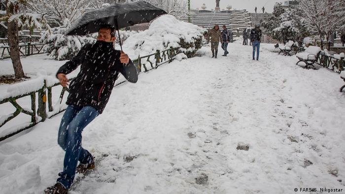 صادق ضیاییان، مدیرکل پیشبینی و هشدار سریع سازمان هواشناسی گفت: «اخبار مبنی بر ورود موج سرمای بیسابقه در ۱۰ سال اخیر به کشور از جمعه ۴ بهمن درست نیست و تأیید نمیشود. البته دمای هوا از روز جمعه بین ۵ تا ۱۰ درجه در برخی مناطق کشور کاهش مییابد». به گفته او روز شنبه (۲۵ ژانویه) استانهای اردبیل و ارومیه با منهای ۱۲ درجه سردترین استانهای کشور خواهند بود.