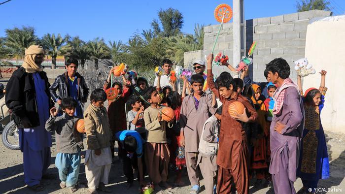 در دهههای اخیر نام سیستان و بلوچستان با محرومیت، عدم توسعه، فقر، قاچاق و مهاجرت مترادف شده است. منطقه و کودکانی که در چهل، پنجاه سال گذشته به حال خود رها شده بودند با آمدن سیل ناگهان شاهد حضور گروههای جهادی و عکاسان همراه هستند تا تقسیم اسباببازیهای پلاستیکی در بین کودکان را به ثبت برسانند.